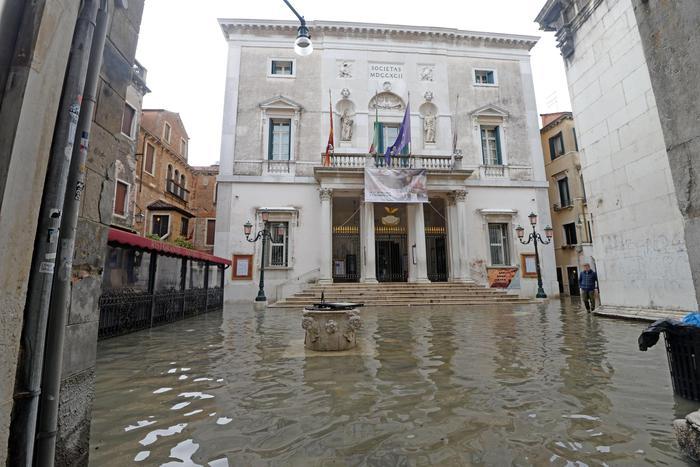 Venezia: La Fenice 'colpita' da acqua alta