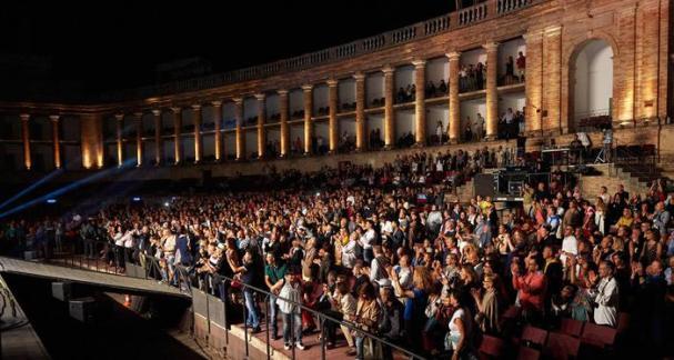 Pubblico applaude allo Sferisterio di Macerata per lo spettacolo di Amii Stewart e Gerardo Di Lella